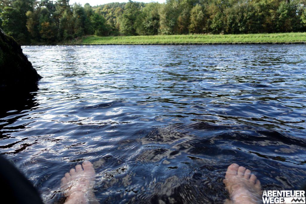 Abkühlung bei der Wanderpause am River Spey