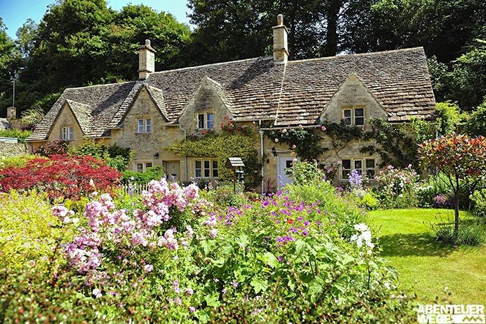 Blühender Cottage-Garten in den Cotswolds