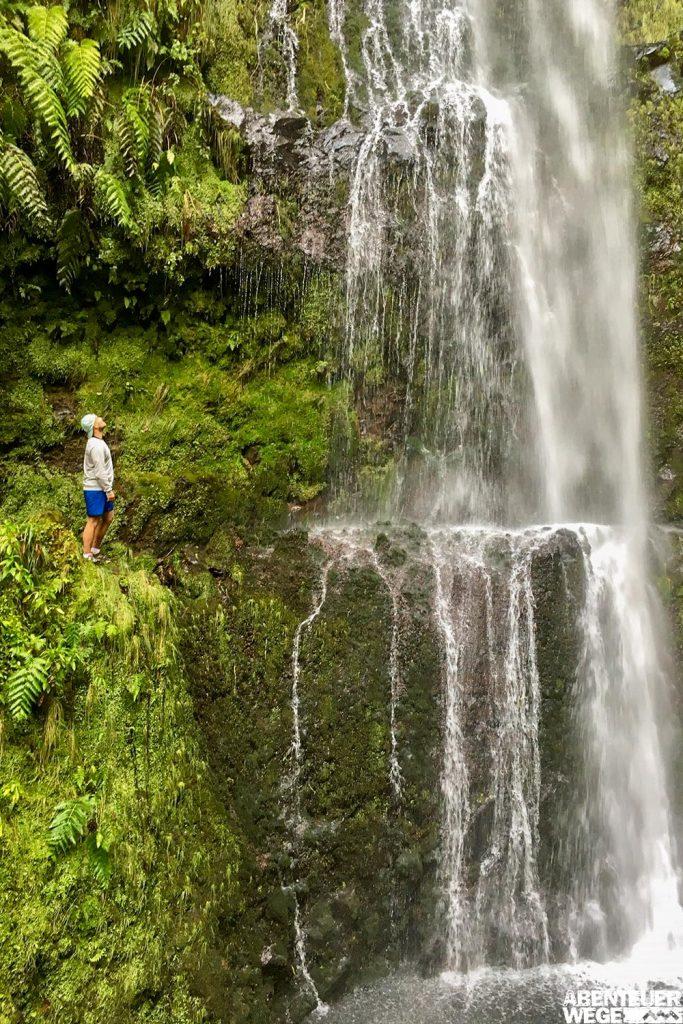 Hoher Wasserfall bei der Wanderung entlang der Levada do Caldeirao Verde auf Madeira