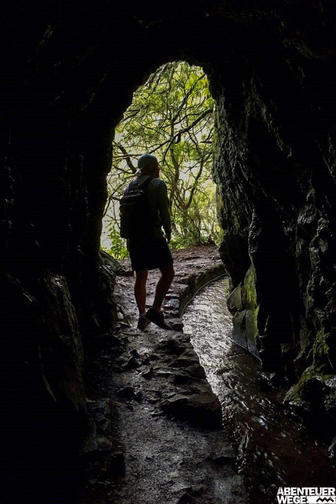 Wanderung durch dunklen Tunnel entlang der Levada do Caldeirao Verde auf Madeira