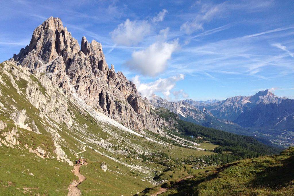 Wandern zwischen sich auftürmenden, strahlenden Gipfeln in den Dolomiten.