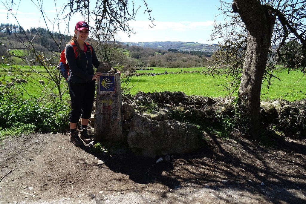 Selina auf dem Jakobsweg - die Wegsteine markieren den Weg hervorragend.