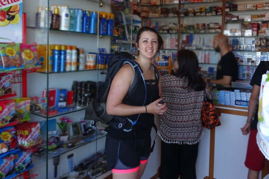 Julia kauft Bustickets in einem Tabacchi.
