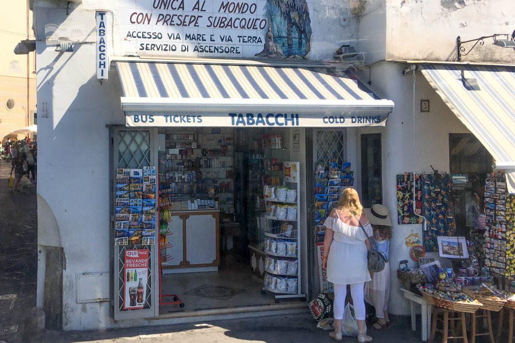 Ein Tabacchi, kleines Geschäft in Italien, in dem auch Fahrkarten gekauft werden können.