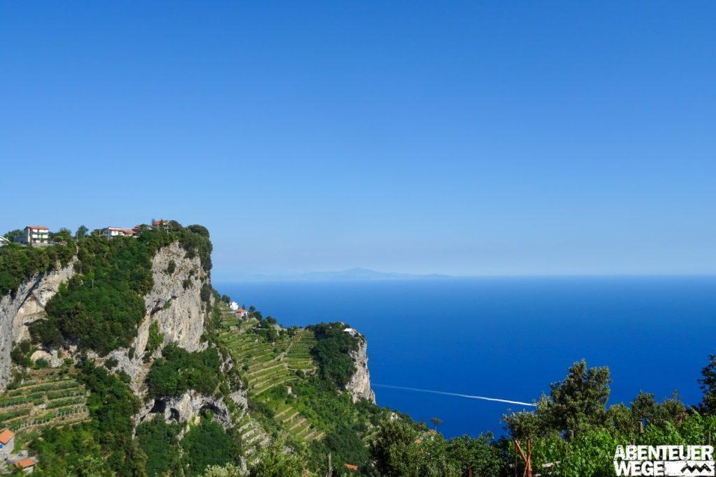 Ausblick von Agerola auf das Mittelmeer an der Amalfiküste.