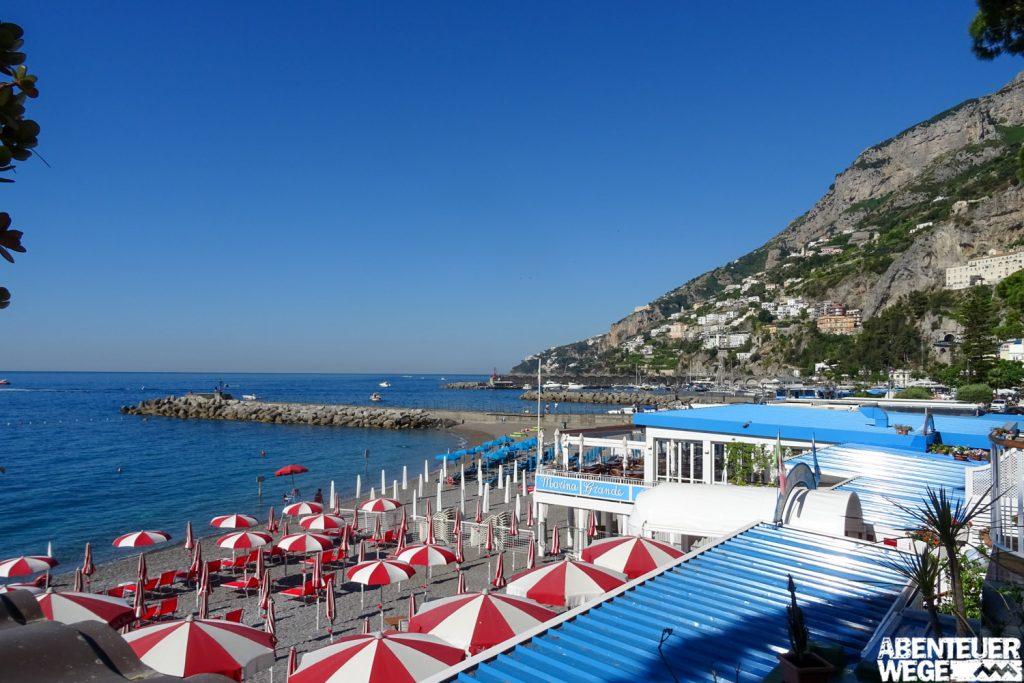 Blick auf den Strand und das Meer vor Amalfi bei Marina Grande.