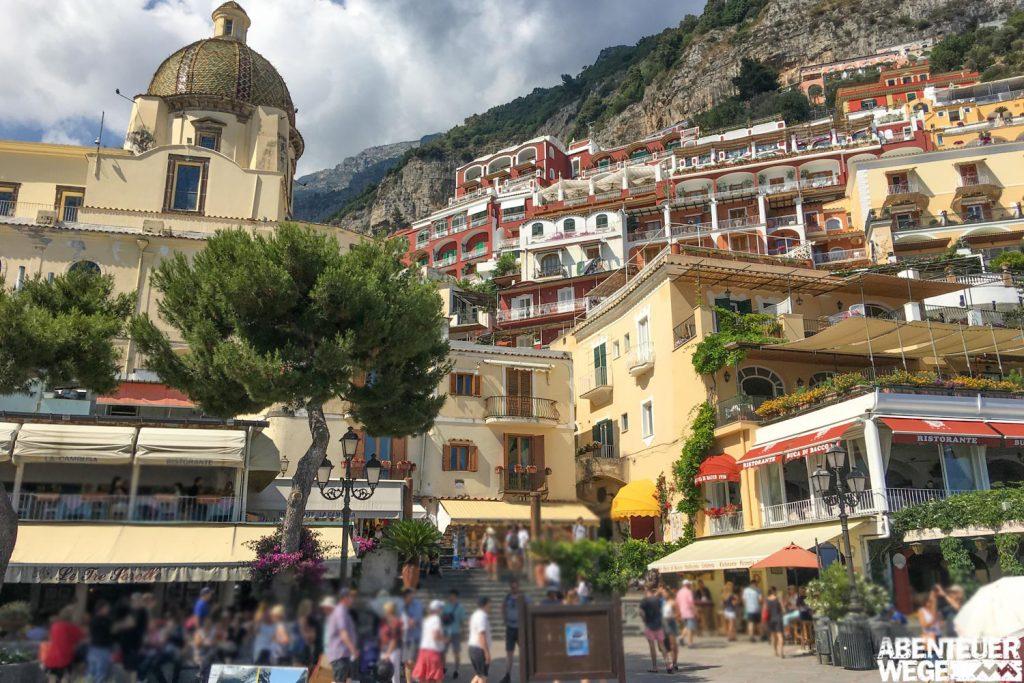 Cafés, Bars und kleine Geschäfte in Positano an der Amalfiküste.