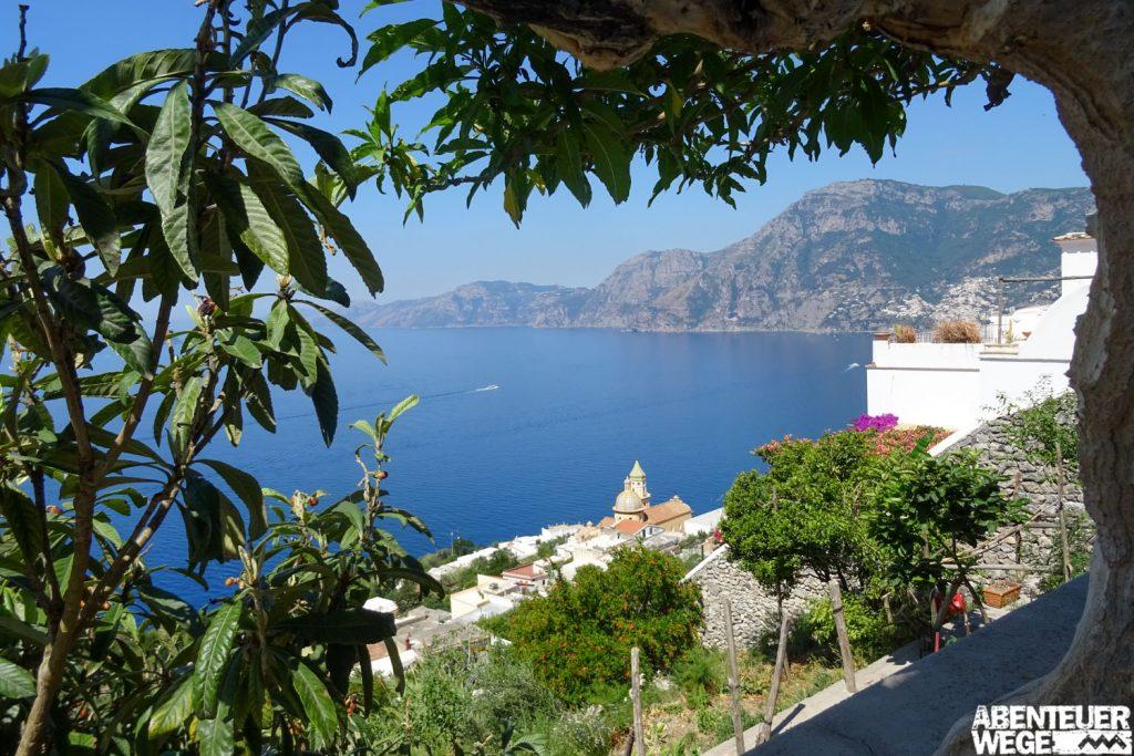 Ausblick oberhalb von Praiano auf das Städtchen und die Küste der Amalfi.