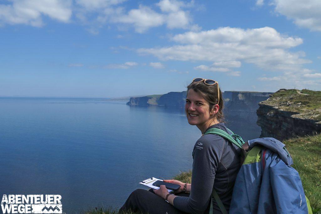Wanderpause an den Cliffs of Moher, Irland